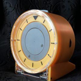 Debóra-magyarul beszélő és tapintható asztali óra